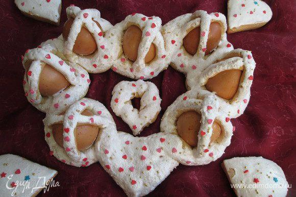 Украшаем на свое усмотрение сахарными фигурками, разноцветными сердечками, шариками и преподносим в день свадьбы жениху и невесте! Будьте счастливы!