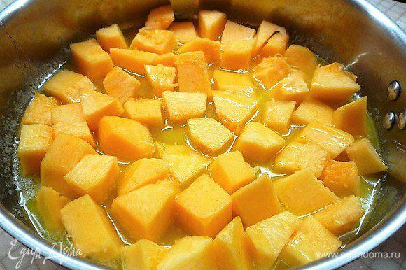 В глубокой сковороде растапливаем сливочное масло. Выкладываем очищенную и нарезанную небольшими кусочками тыкву и томим ее в масле на медленном огне 10 — 15 минут.