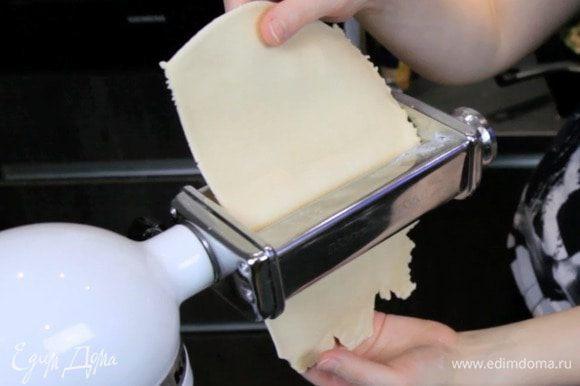 Раскатать очень тонко тесто с помощью паста-машины.
