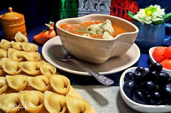 Отваренные тортеллини перенести в готовый суп. Примерно по 6 — 7 штучек на порцию, все зависит от размера.