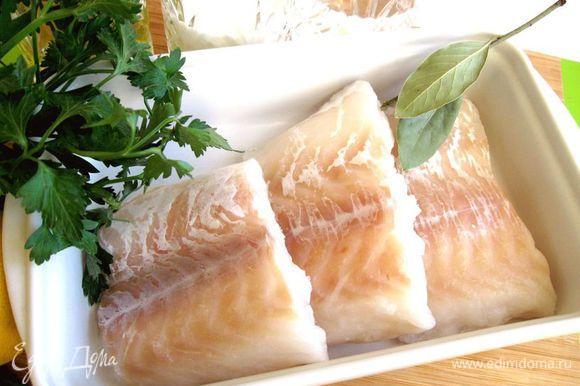 Разморозить филе в холодильнике (5 — 7 часов). Треска, которая здесь используется, была выловлена в Баренцевом море, потом заморожена. Ее отличает белое, плотное мясо и изумительный вкус.