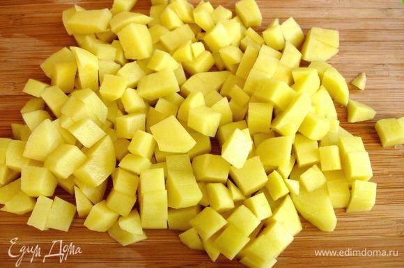 Нарезать кубиками картофель. Такая нарезка позволяет ему равномерно приготовиться. Поместить его в сотейник, залить кипятком, чтобы тот только его покрывал. Добавить щепотку соли, довести до кипения, варить на медленном огне в течение 10 минут.
