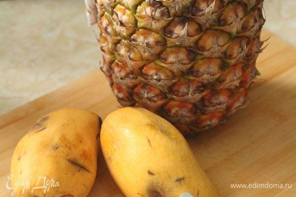 Ананас почистить и нарезать кубиками. Я добавила манго, но это опционально — ананас сам по себе отлично гармонирует с остальными составляющими.