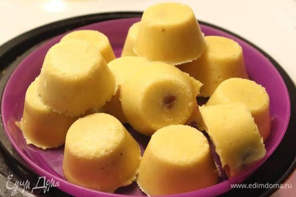 Готовые пирамидки ананасового мусса вытащим из форм.