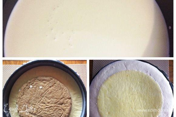 Собираем торт сверху вниз. Форму застелить пленкой, бока выложить кондитерской лентой (я не делала). Выкладываем 1/2 часть мусса, сверху аккуратно панна котту, далее — оставшийся мусс и накрываем бисквитом, слегка вдавив его в крем. Отправить торт в морозилку на 6 — 8 часов, лучше на ночь.