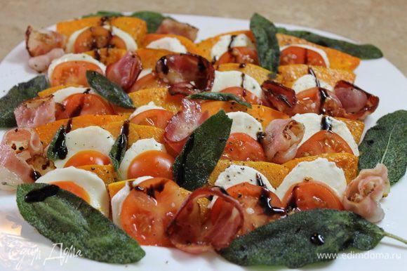 Сверните розочками обжаренный бекон и разложите между рядами, украсьте салат чипсами из листиков шалфея, полейте бальзамическим кремом и подавайте теплым к столу. Приятного аппетита!