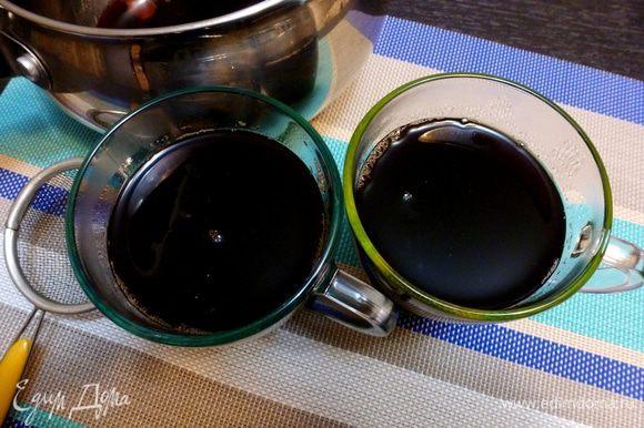 Процедим вишневый глинтвейн через ситечко, смешаем с заваренным чаем и подогреем кастрюлю с глинтвейном до желаемой температуры.