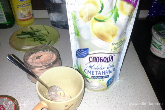 В кружку добавляем 2 ложки икры мойвы в соусе с креветками и добавляем майонез ТМ «Слобода» сметанный. У него слабо выраженный вкус майонеза, поэтому он не перебьет вкус икры мойвы.