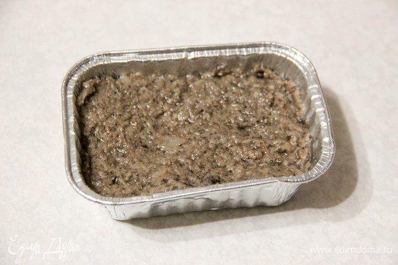 Кокотницы смазываем сливочным маслом. Если их у вас нет, можете использовать формочки для запекания (я покупала одноразовые). Наполняем готовым пюре до краев.