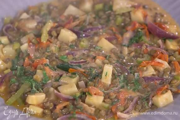 Готовые овощи посолить и поперчить, выложить к ним отваренную чечевицу, перемешать, влить еще немного куриного бульона и довести до кипения, затем добавить сметану, еще раз все перемешать и немного прогреть.