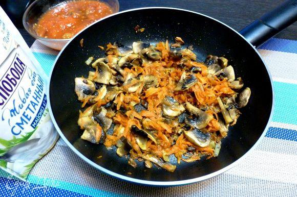 Готовим подливу для тефтелей. Поджарим лук и морковь до мягкости. Шампиньоны нарежем пластинками и добавим к овощам. Обжариваем все вместе минут 5.