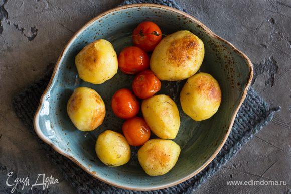 Запекайте картофель 25 минут, он должен стать золотистым. Добавьте к картофелю помидоры черри, все перемешайте и уберите в духовку еще на 7 минут.