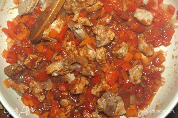 Добавить к мясу с овощами и потомить 5 — 10 минут.