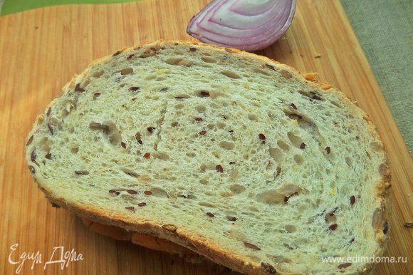 Накрыть хлебом маслом вниз рыбную начинку, прижать.