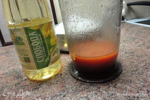 Смешать растительное масло «Слобода», томатный соус, соль и 100 мл воды. Взбить миксером до консистенции густых сливок.