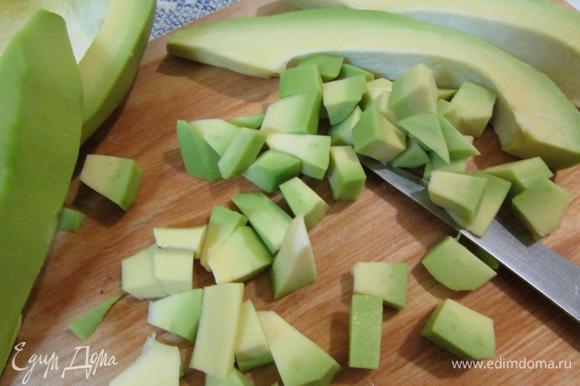 Авокадо (должно быть спелое) почистить, освободить от косточки. Нарезать кубиком.