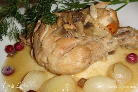 Петуха выложить на подогретое блюдо и полить соусом. Мясо получилось сочным, а соус очень вкусным, мы макали в него белый хлебушек и ели. Приятного аппетита !