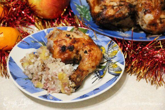 Гарниром послужит рис — пропитанный соком птицы, он такой ароматный! Приятного аппетита!