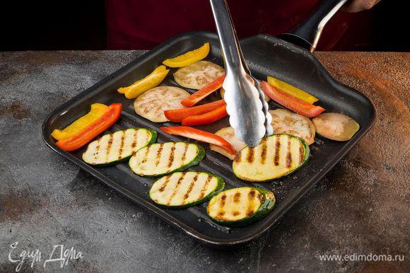 Разогреть в сковороде-гриль 2 — 3 ст. ложки оливкового масла и обжаривать нарезанные овощи со всех сторон до появления золотистых полосок.