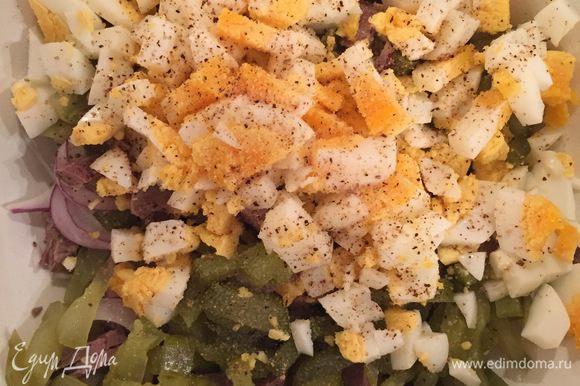 Все остальные ингредиенты нарезаем и складываем в миску. В этот салат яйца можно и не класть, будет тоже очень вкусно, но я решила сделать блюдо более сытным!