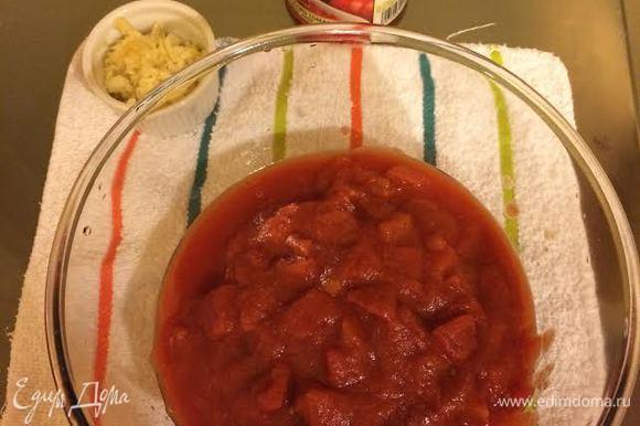 Переложить помидоры в миску и хорошо размять руками.