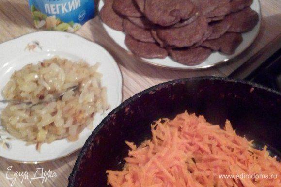 Пока оладьи остывают, приготовим «начинку». Лук и морковь (натереть на крупной терке) обжарить на растительном масле. Остудить.
