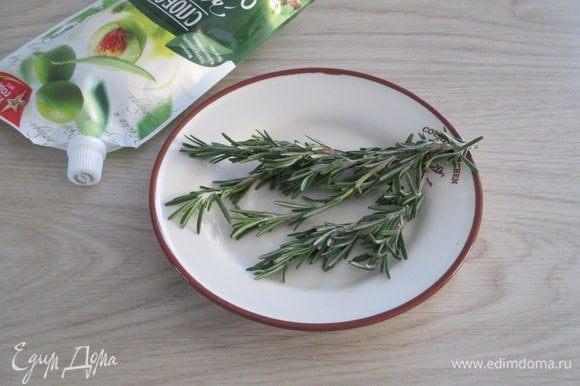 На плоское блюдо уложите розмарин, придавая форму хвойной веточки.
