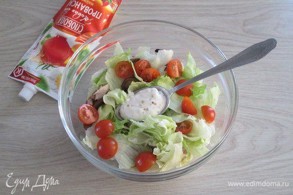 В миску с салатом отправьте жареные и остывшие шампиньоны, кусочки куриного мяса, нарезанные пополам черри. Добавьте порцию заправки на одну порцию и перемешайте.