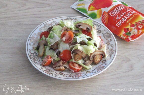 Переложите основу салата на плоское порционное блюдо, сформируйте горку.