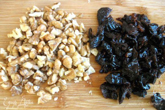 Чернослив порезать, орехи крупно порубить.