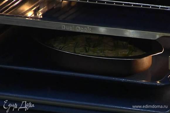 Сбрызнуть фокаччу сверху оставшимся оливковым маслом, посыпать крупной солью и поместить форму в противень с небольшим количеством горячей воды.