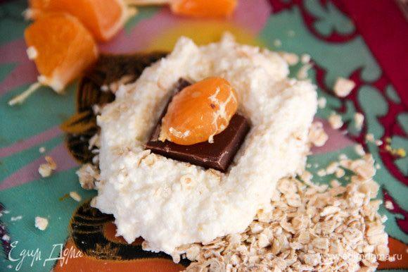 Чтобы сырники лепились лучше, рекомендую оставить творожную массу минут на 10. Ложкой отделяем кусочек массы, формируем лепешку. В середину кладем кусочек шоколадки и половинку дольки мандарина. Защипываем края, формируя сырник.
