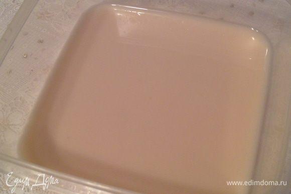 Растворите дрожжи в теплой воде. Если используете свежие «живые» дрожжи, то их вам понадобится 20 грамм.