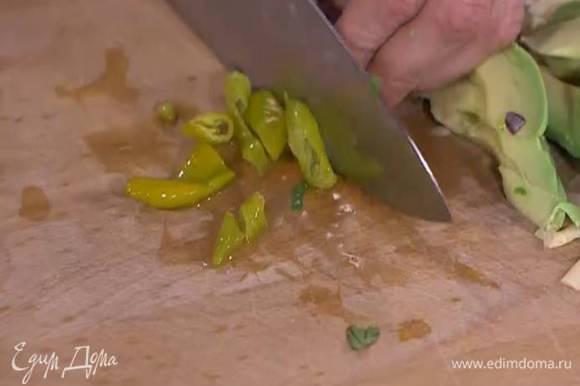 Маринованный перец мелко порезать.