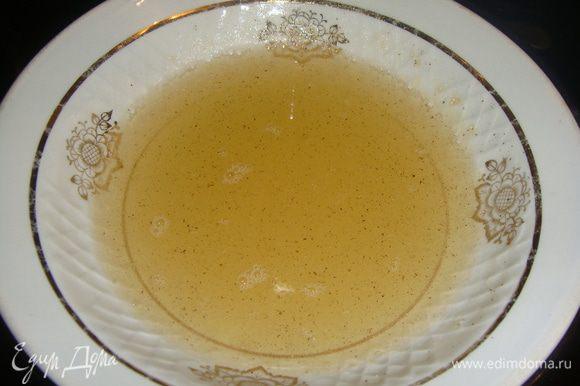 Как желатин растворится, добавить в него сахар и ванильный сахар с натуральной ванилью. Помешивать до растворения сахара. Отставить желатин, чтобы остыл.
