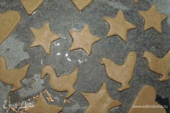 Аккуратно перекладываем на противень, выстланный пекарской бумагой, смазанной растительным маслом. Выпекать печенье в нагретой до 180°С духовке 12 — 15 минут, пока печенье не станет слегка коричневым. Готовое печенье снять с противня и дать остыть. Главное печенье не передержать. Печенье получается хрустящим и рассыпчатым.