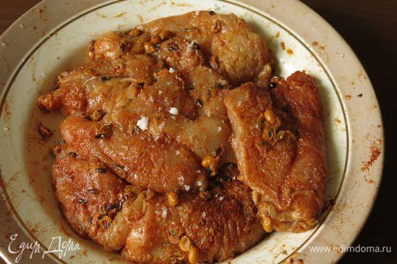 Через 20 — 30 минут солим филе, перчим.