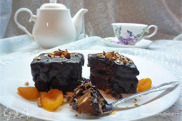 Перед подачей нарезаем на квадратики, поливаем растопленным шоколадом и посыпаем рубленным миндалем. Приятного чаепития.