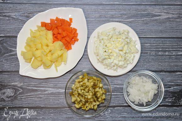 Картофель и морковь нарежьте средними кубиками. Соленые огурцы, лук и яйца мелко покрошите.