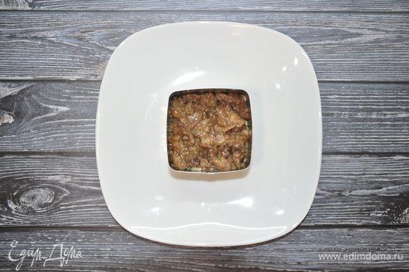 Следующим слоем выложите тушенку. Старайтесь выкладывать тушенку без жидкости, чтобы салат потом не растекся.