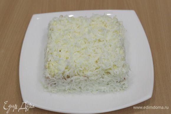 Снять кольцо и аккуратно намазать бока салата, украсить натертым белком и плавленным сыром.