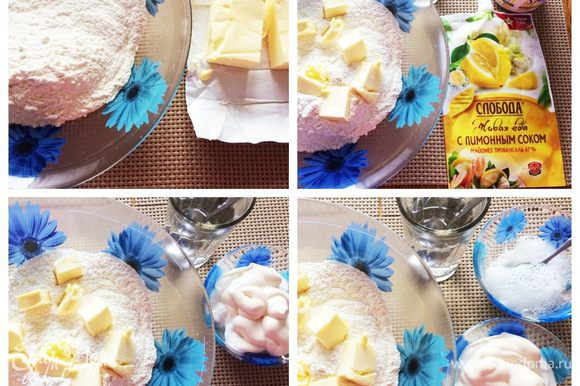 Готовим тесто: просеиваем муку, нарезаем масло кубиком, руками перетираем в крошку. Добавляем майонез и сметану. В тесто добавляем соль, гашенную лимонным соком соду, теплую воду и еще раз хорошо вымешиваем.