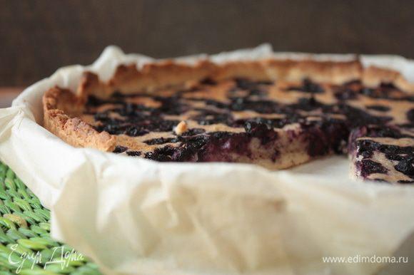 Дайте пирогу остыть в течение получаса и только потом подавайте к столу. Отличным дополнением к пирогу станет шарик пломбира! Приятного чаепития!