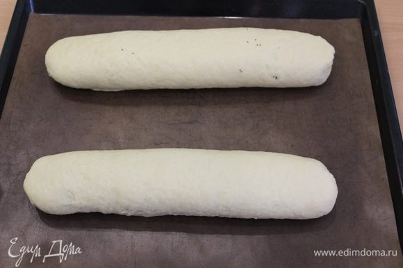 Свернуть тесто рулетом, швом вниз, уложить на застеленный бумагой для выпечки противень.