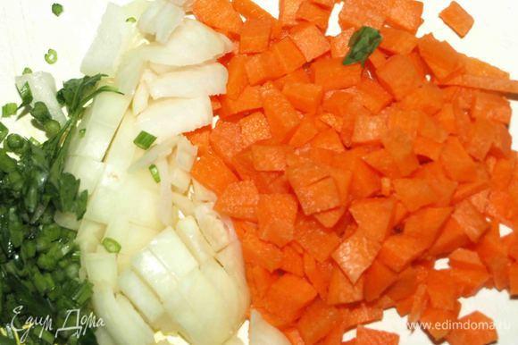 Морковь, лук, стебли петрушки мелко нашинковать.