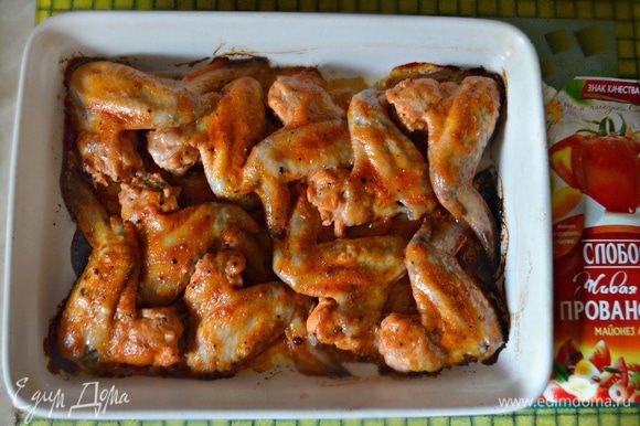 Подавать куриные крылышки горячими с любым на ваш вкус гарниром.