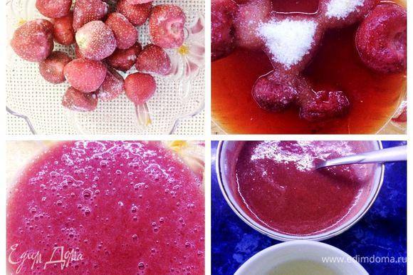 Замачиваем желатин в холодной воде, соотношение 1:6, на каждый грамм желатина 6 г воды — это правило. Снимаем цедру с 1 лимона, выкладываем ее в сотейник и туда же добавляем лимонный сок. Нарезаем клубнику (200 г) кубиком. В другую тару выкладываем 160 г клубники, она начнет таять и даст сок, добавляем сахар (можно регулировать на свой вкус, в зависимости от сладости самой клубники). Пюрируем эту массу. Отливаем третью часть пюрированной массы в другой сотейник и ставим греть. Желатин распустить на водяной бане (не кипятить). Соединить с нагретой до 82 — 85°С пюрированной клубничной массой.