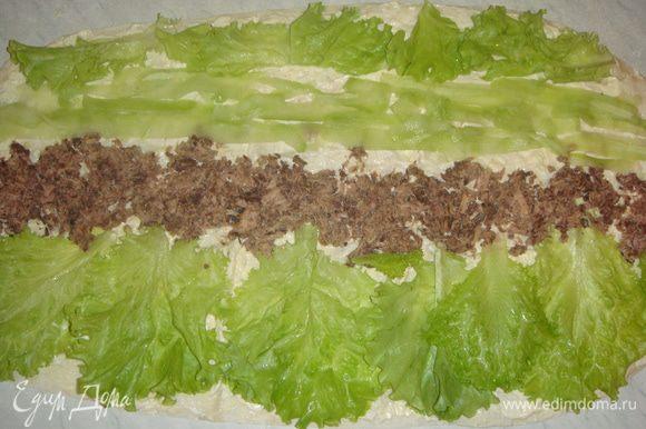 Листья салата помыть и обсушить. Выкладываем на лаваш листья салата, тунец, огурцы, листья салата. Заворачиваем лаваш в рулет со стороны огурца.