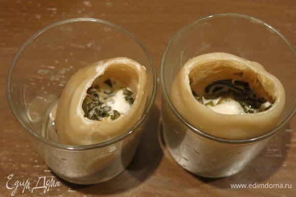 Кладем тушки кальмаров в стаканы, раскладываем массу на 1/2 объема.