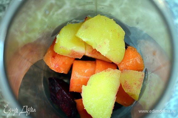 Сельдь и нарезанные овощи положить в чашу блендера.